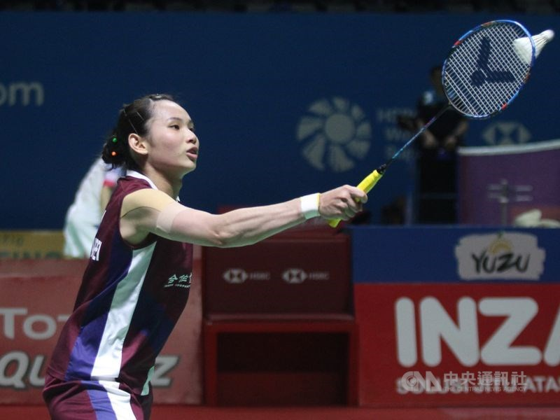 世界球后戴資穎(前)27日在南韓羽球公開賽8強賽迎戰印尼女單一姐格蕾戈麗亞,以24比22、22比20獲勝,首度闖進南韓羽賽4強。(中央社檔案照片)