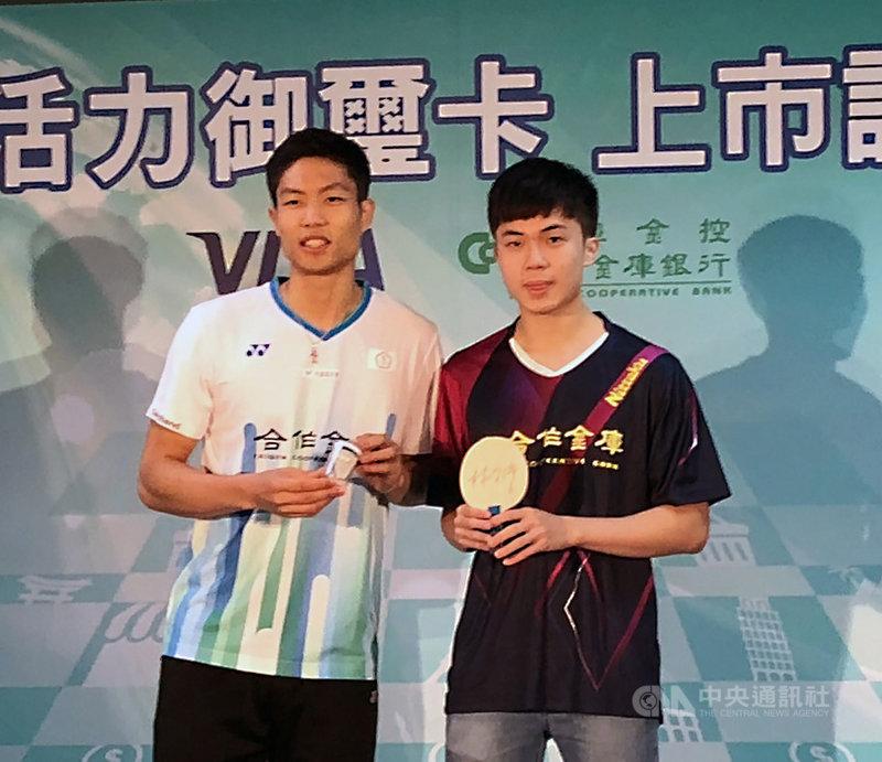台灣桌球小將林昀儒(右)今年各項賽事成績亮眼,頓時成為媒體關注焦點,而台灣羽球一哥周天成(左)1日則建議林昀儒,必須學著面對媒體。中央社記者黃巧雯攝 108年10月1日