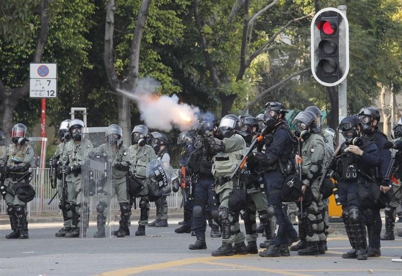 香港反送中持續延燒,其中港警在執法和言行上,始終備受爭議。圖為港警10月1日在香港沙田向反送中示威者發射催淚彈。(美聯社)