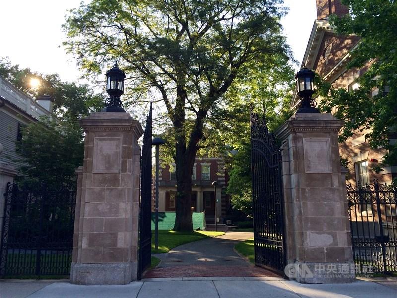 哈佛大學被控歧視申請入學的亞裔學生,開審近一年後判決出爐,法官認定哈佛考量種族的招生方針合憲,判決哈佛勝訴。圖為哈佛大學一處入口。(中央社檔案照片)