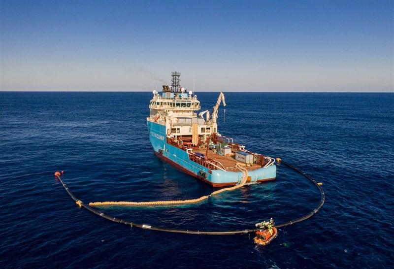 荷蘭發明家、海洋潔淨基金會創辦人史拉特指出,清理海洋的特殊船隻已收集到太平洋首批塑膠垃圾,預期在5年內清走太平洋大垃圾帶半數的垃圾。(圖取自The Ocean Cleanup網頁theoceancleanup.com)