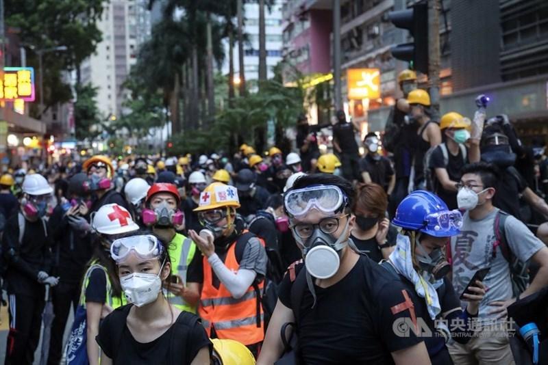 香港10月5日起執行禁蒙面法,香港行政長官林鄭月娥說,新法有助警方執法。圖為8月11日反送中集會。(中央社檔案照片)