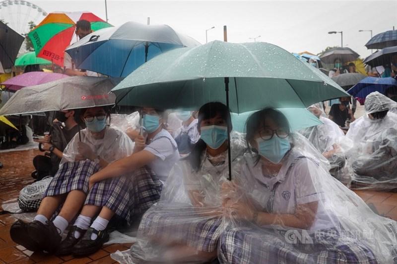 香港當局頒布「禁蒙面法」,港府教育局發布通告指出,學生及教職人員在校內或校外不得戴上口罩。圖為中學生9月2日在中環愛丁堡廣場發起罷課集會。(中央社檔案照片)