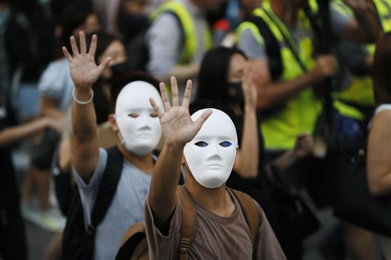 香港行政長官林鄭月娥4日宣布引用緊急法訂定禁蒙面法後,香港民眾戴面具上街抗議。(共同社提供)