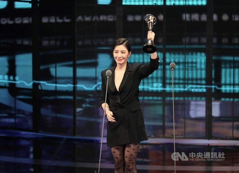 第54屆金鐘獎頒獎典禮5日晚間在台北國父紀念館舉行,戲劇節目女主角獎由演員賈靜雯以「我們與惡的距離」奪得,賈靜雯感性向劇組、評審及家人朋友致謝,也表示未來不論接下什麼角色,都會用盡全力去詮釋。中央社記者張皓安攝 108年10月5日
