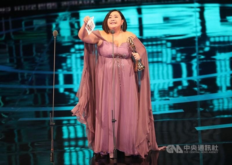 演員鍾欣凌以戲劇「你的孩子不是你的孩子–貓的孩子」奪得第54屆金鐘獎迷你劇集(電視電影)女主角獎,她致詞時感動落淚,感謝在天國的爸爸、婆婆,以及屏風表演班創辦人李國修。中央社記者張皓安攝 108年10月5日