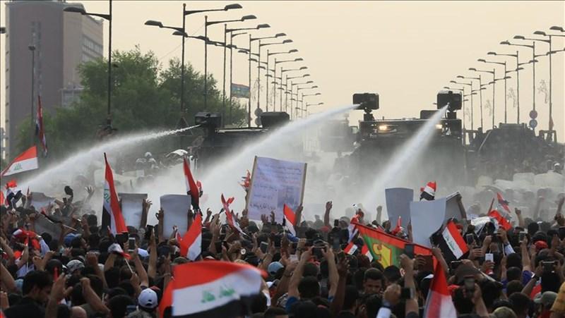 繼蘇丹和埃及,伊拉克(圖)成為今年第3個陷入大規模示威的中東與北非地區國家。圖為安全部隊以水柱鎮壓示威者。(安納杜魯新聞社提供)