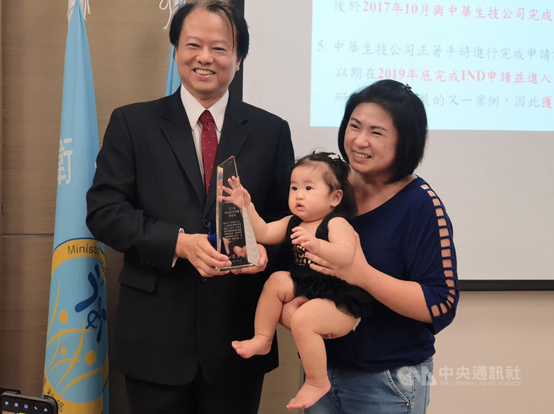 國家衛生研究院感染症與疫苗研究所研究員周彥宏(左)7日表示,人類呼吸道融合病毒對嬰幼兒造成嚴重威脅;經研究發現,利用重組腺病毒載體研發的噴劑疫苗,可有效抑制病毒量,降低感染發炎症狀。中央社記者陳偉婷攝 108年10月7日