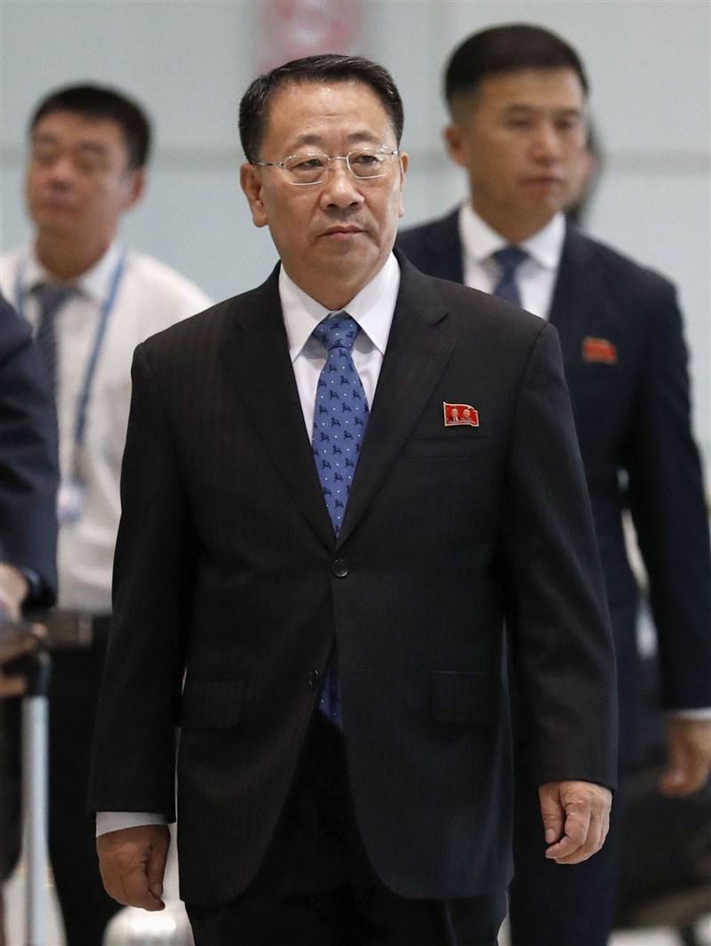 北韓6日表示,在美國採取措施放棄阻礙北韓生存權和發展權的政策之前,無意再與美國進行非核化談判。圖為北韓首席核子談判代表金明吉(前)結束瑞典核談判,返國途中7日轉抵北京。(共同社提供)