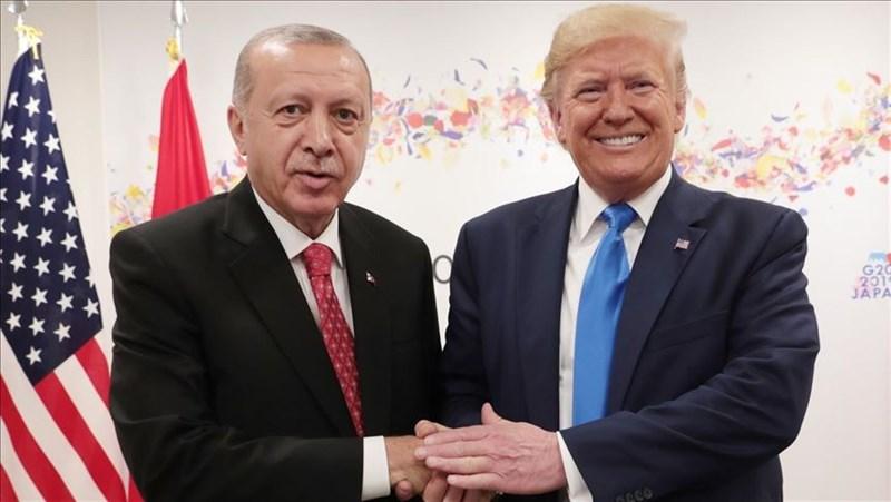土耳其總統艾爾段(左)10個月內的兩通電話,讓美國總統川普(右)拋開口中只有「沙子和死亡」的敘利亞閃人了。圖為兩人今年在日本大阪G20高峰會進行場邊會晤。(檔案照片/安納杜魯新聞社提供)