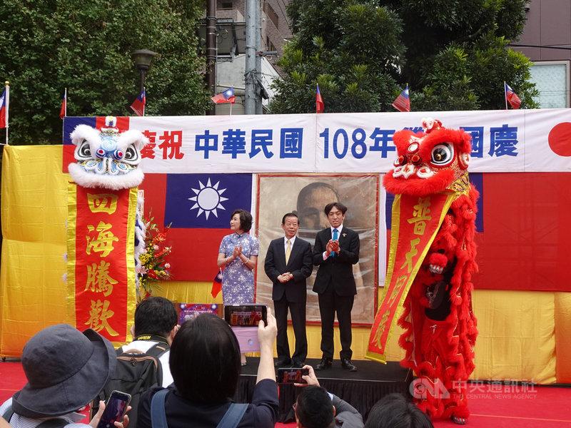 日本橫濱僑界組成雙十國慶慶祝大會,今天重頭戲在中華街遊行。駐日代表謝長廷遊行前致詞說,國慶遊行的意義在於台灣實現了民主自由,「是我們的驕傲」。中央社記者楊明珠橫濱攝 108年10月10日
