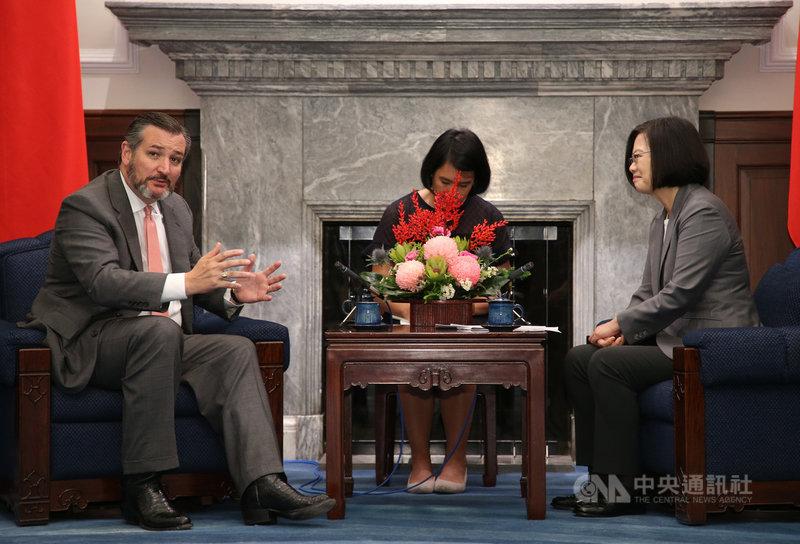 總統蔡英文(右)10日接見美國聯邦參議院外交委員會成員克魯茲(Ted Cruz)(左),克魯茲提到,台灣非常重要,不只對亞洲重要,對全世界來說都非常重要;台灣向世界展示「自由與民主是行得通的」。中央社記者鄭傑文攝 108年10月10日