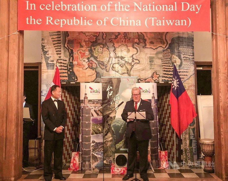 駐丹麥代表處9日(當地時間)晚間舉辦國慶酒會,由駐丹麥代表李翔宙(左)主持,台丹協會會長霍夫曼(右)應邀致詞。(駐丹麥代表處提供)中央社記者林育立柏林傳真 108年10月11日