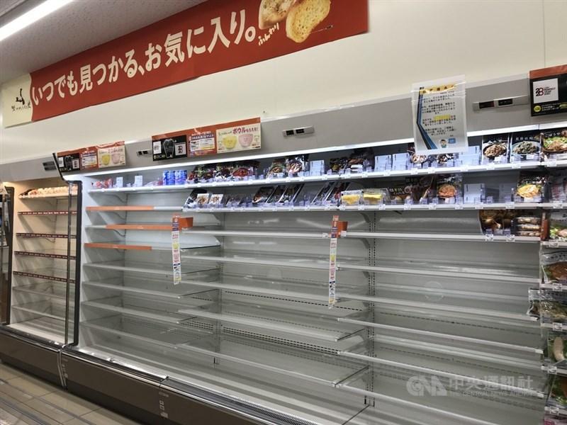 日本61年來最強的颱風哈吉貝將登陸,很多日本民眾搶購護條膠布、麵包等食品。東京一些超商的食品架都呈現被搶購一空的情況。中央社記者楊明珠東京攝 108年10月12日