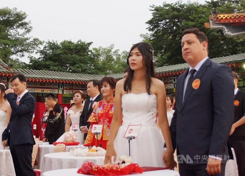 高雄市民政局12日在左營孔廟舉行市民集團結婚,共50對新人參與,當中一組台灣、巴西新人(前右)經歷遠距離異國戀曲,終於甜蜜修得正果。中央社記者程啟峰高雄攝  108年10月12日