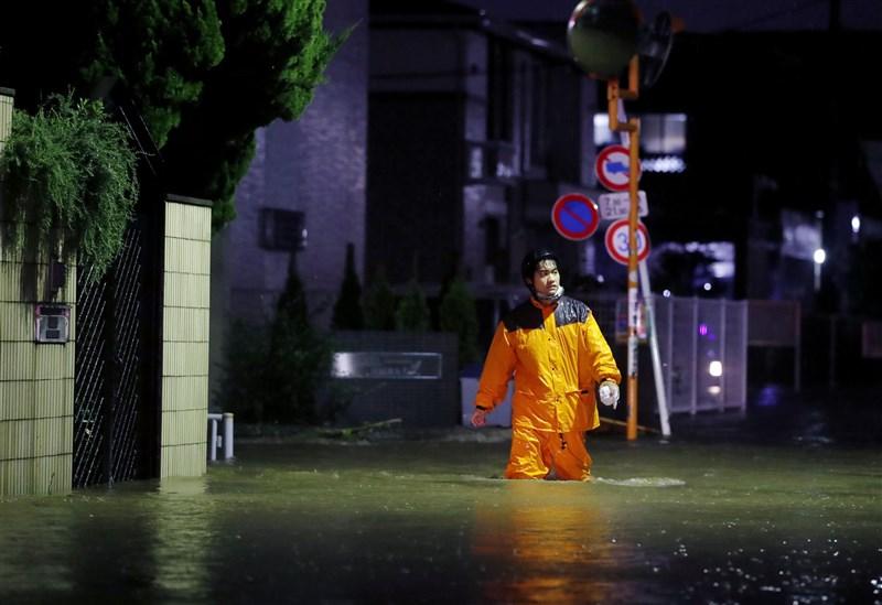 日本氣象廳12日下午已針對東京都及靜岡等1都6縣發出大雨特別警報。圖為東京都世田谷區淹水情形。(共同社提供)