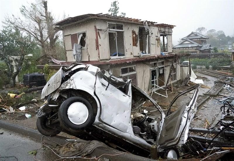 強颱哈吉貝威力堪比61年前造成逾1200人死亡的強颱狩野川。12日上午日本千葉縣市原市突然颳起強陣風,導致數棟民宅受損,汽車也被吹翻,造成包括孩童在內數人受傷。(共同社提供)