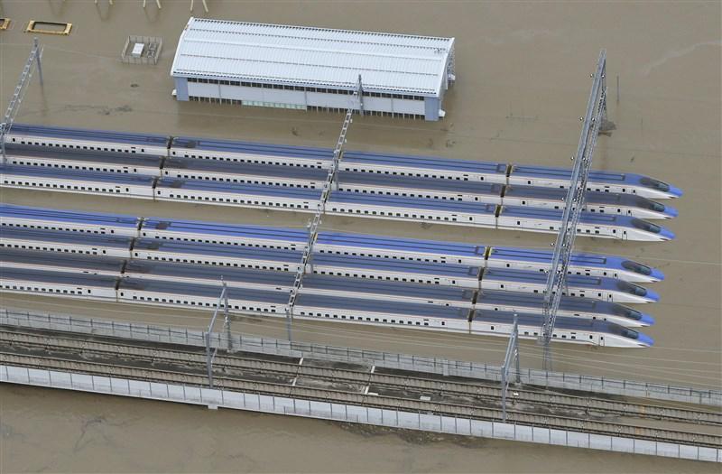 颱風哈吉貝12日從日本靜岡縣登陸後,強風豪雨釀成嚴重災害。流經長野縣內的千曲川潰堤氾濫,導致長野JR東日本的長野新幹線車庫淹大水。(共同社提供)