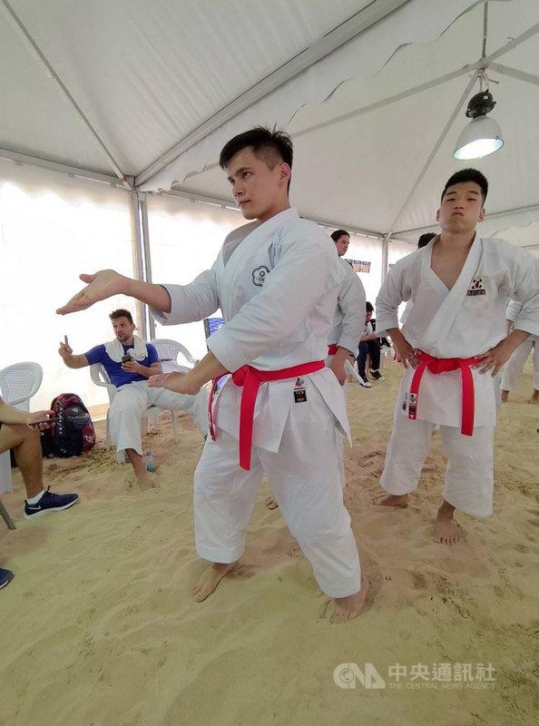 台灣空手道好手王翌達(左)13日在卡達杜哈舉行的2019世界沙灘運動會沙灘空手道「型」,拿下銀牌。(中華奧會提供)中央社記者龍柏安傳真  108年10月13日