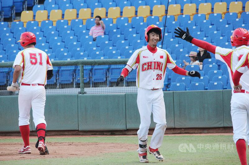 2019第29屆亞洲棒球錦標賽14日在台中洲際棒球場開打,中午首戰中國隊第3棒楊晉(中)繳猛打賞,包辦3分打點,終場以4比3擊退韓國奪勝。中央社記者楊啟芳攝 108年10月14日