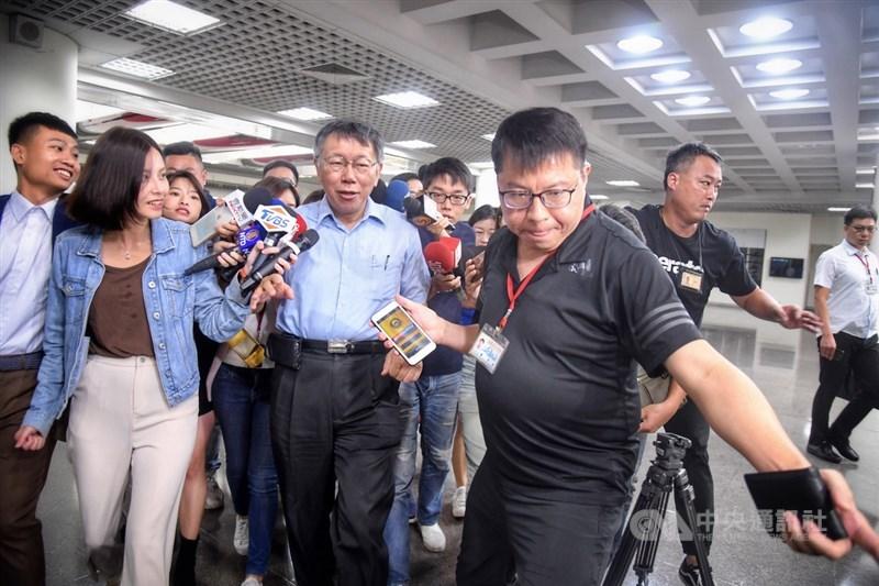台北市長柯文哲(前左2)「騎一日雙塔是吃安非他命」一席話惹議,他14日表示,「關起門來,大家開玩笑,什麼話都有」,指媒體針對玩笑話報導有目的性。中央社記者王飛華攝 108年10月14日