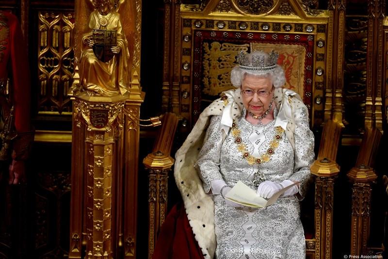 英國女王伊麗莎白二世14日發表「御座致辭」,表示政府的首先要務,就是讓聯合王國於31日離開歐洲聯盟。(圖取自twitter.com/royalfamily)