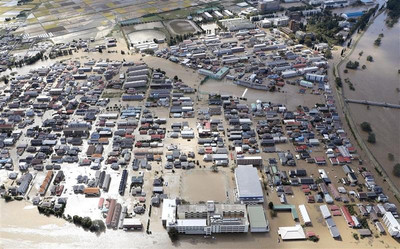 颱風哈吉貝侵襲日本,造成多處地區淹水。圖為福島縣郡山市13日上午水淹住宅區。(共同社提供)
