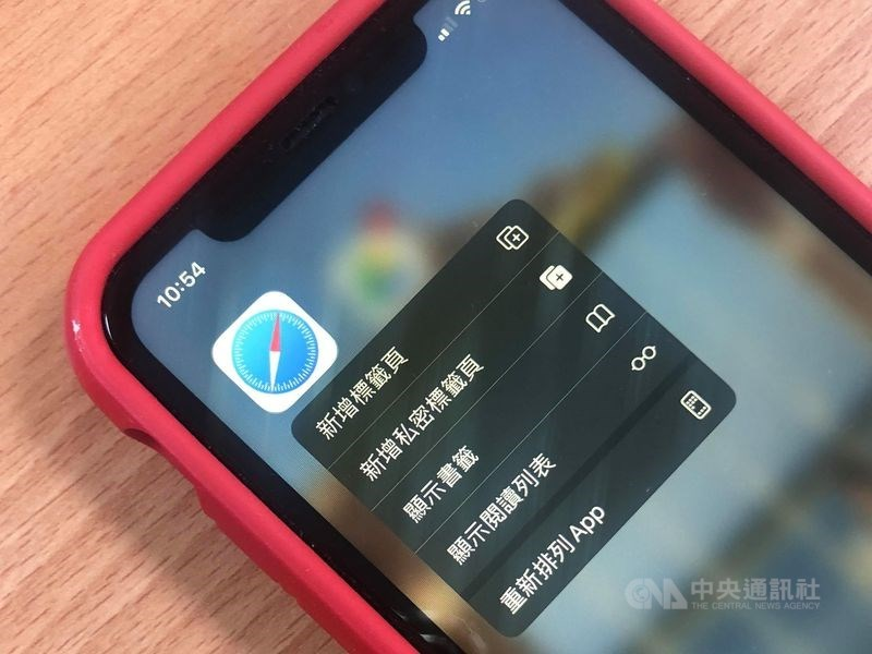 蘋果公司傳出疑似將使用者瀏覽資料傳給中國騰訊,資安專家表示,可改用其他瀏覽器或關閉詐騙網站警告功能兩招因應。(中央社)