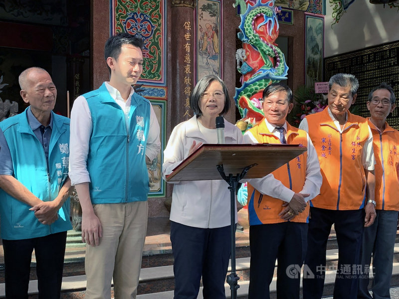總統蔡英文(左3)15日在新竹表示,台灣經濟發展這幾年來穩定成長,經過3年多努力,在今年第一、二季都是四小龍首位,預計今年全年經濟成長率也會是「亞洲四小龍第一名。」中央社記者郭宣彣攝 108年10月15日