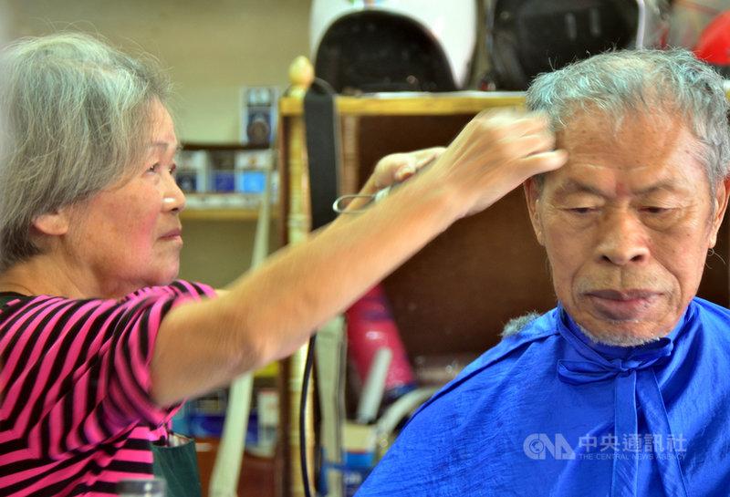 縱使行動不便、需往返100公里的車程,90歲吳姓老翁(右)每個月仍堅持要讓79歲的韓梅子(左)剪頭髮。韓梅子說,這個頭,她剪超過600次了。中央社記者盧太城台東攝 108年10月15日