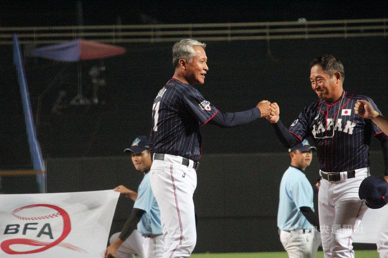 2019亞洲棒球錦標賽14日開打,日本隊受到颱風影響行程大亂,坐巴士、到香港轉機花了1天多才抵台,總教練石井章夫(前左)15日笑說:「沒想到台灣這麼遠。」中央社記者楊啟芳攝 108年10月15日