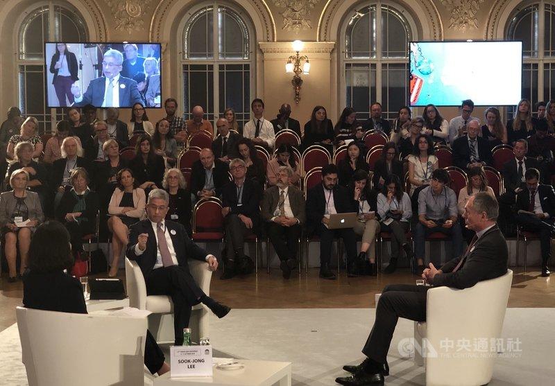外交部次長徐斯儉(左)14日(當地時間)在布拉格「公元兩千論壇」擔任與談人。中央社記者林育立布拉格攝 108年10月16日