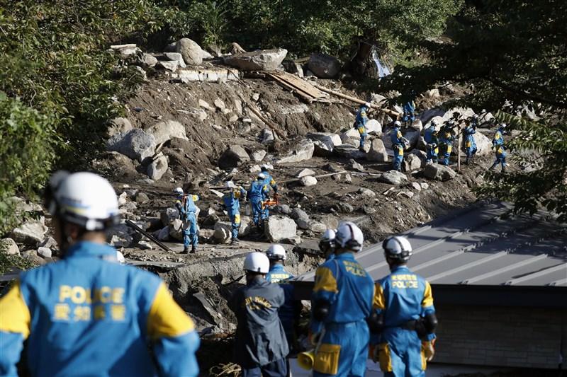 今年第19號颱風哈吉貝侵襲日本,截至15日已知至少造成74人喪生、12人失蹤、218人受傷。圖為搜救人員在崩塌的土推中找尋失蹤民眾。(共同社照片)