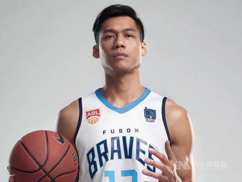 距離新球季開打僅剩一個月,轉戰東南亞職業籃球聯賽(ABL)的富邦勇士隊與台北市政府簽訂冠名合作合約,17日揭曉2019-2020新球季中英文新隊名,分別為「台北富邦勇士籃球隊」、Taipei Fubon Braves Basketball Team。圖為林志傑披上台北富邦勇士主場戰袍。(台北富邦勇士隊提供)中央社記者黃巧雯傳真 108年10月17日