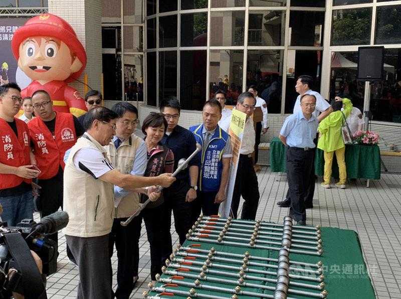 台南市長黃偉哲(前左2)18日宣布建立台南市消防衣除污清洗SOP機制,保障消防人員的安全。(台南市消防局提供)中央社記者張榮祥台南傳真 108年10月18日