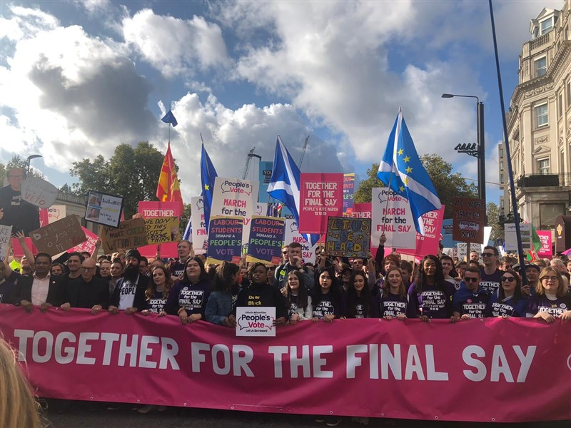 在英國國會議員就脫歐協議投票表決之際,脫歐之戰19日也蔓延到倫敦街頭,數以萬計民眾上街遊行,要求再次就留在歐盟與否舉行公投。(圖取自facebook.com/PeoplesVoteUK)