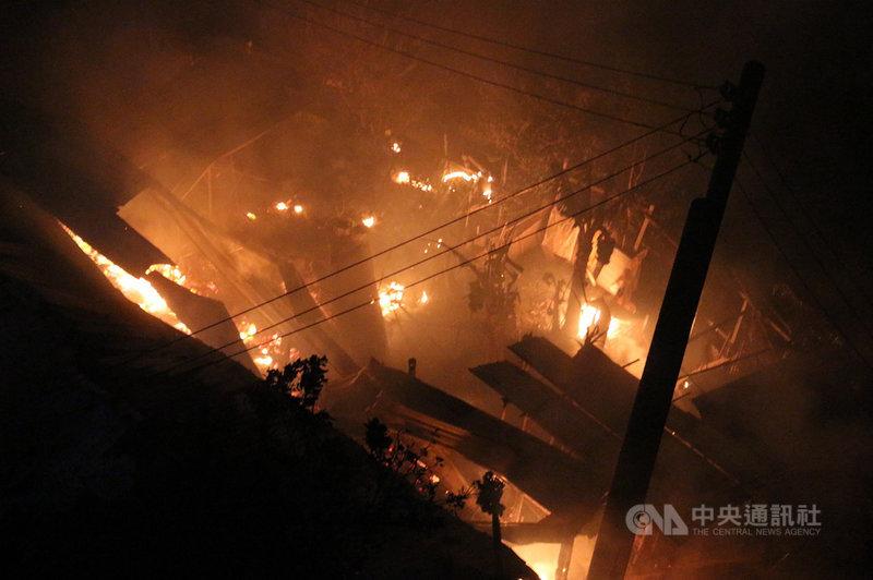 苗栗縣後龍鎮中華路旁一間機車行後方的鐵皮倉庫,20日凌晨發生火警,由於屋內堆滿木材和雜物,火勢一發不可收拾。中央社記者管瑞平攝 108年10月20日