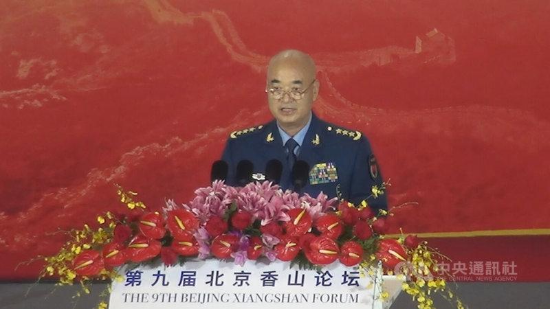 中共中央軍委副主席許其亮20日在「北京香山論壇」歡迎晚宴上向美國喊話說,歷史經驗證明,國與國之間走上對抗的道路,「無論冷戰、熱戰還是貿易戰,都是沒有出路的」。中央社記者邱國強北京攝 108年10月20日