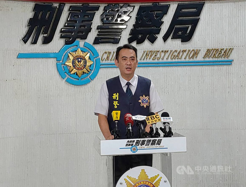 刑事局偵查第七大隊副大隊長徐釗斌(圖)21日表示,以謝姓男子為首的跨境電信詐欺集團,以假檢警手法詐騙被害人,並利用捷運站置物櫃製造斷點,至少有19人受害,刑事局已循線逮捕32名嫌犯送辦。中央社記者黃麗芸攝 108年10月21日