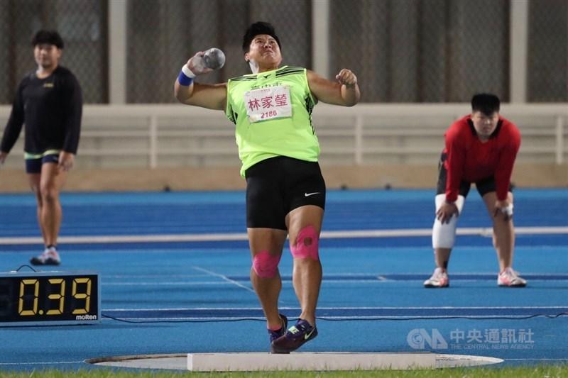 108年全國運動會在桃園,21日晚間進行田徑女子鉛球決賽賽程,代表台中市出賽的林家瑩(中)以16米88佳績,破大會紀錄摘金。中央社記者吳家昇攝 108年10月21日
