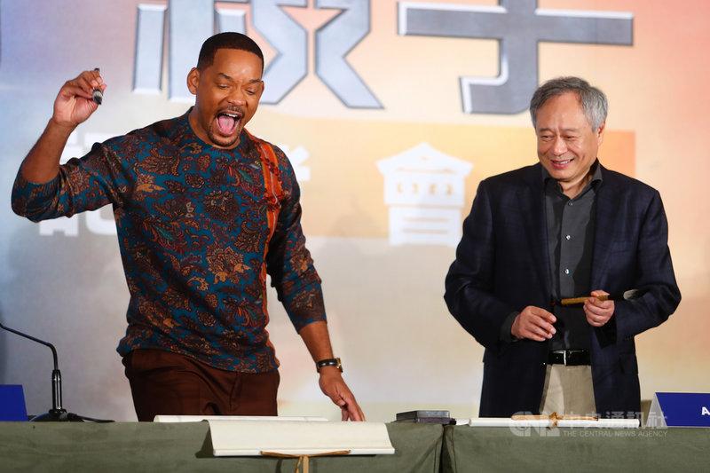 導演李安(右)21日下午與美國男星威爾史密斯(Will Smith)(左)在台北宣傳新片「雙子殺手」,兩人現場揮毫,威爾史密斯架勢十足。中央社記者王騰毅攝 108年10月21日