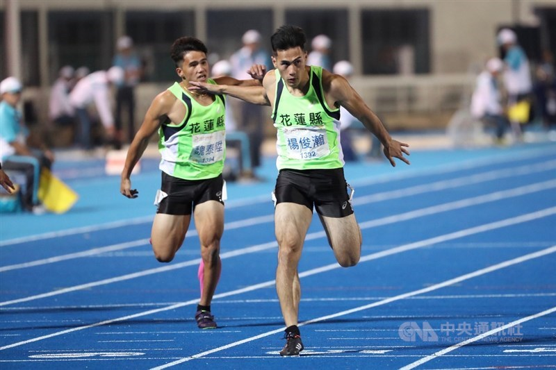 108年桃園全國運動會21日傍晚舉行男子100公尺決賽,台灣田徑好手楊俊瀚(右)以10秒33奪冠。中央社記者吳家昇攝 108年10月21日