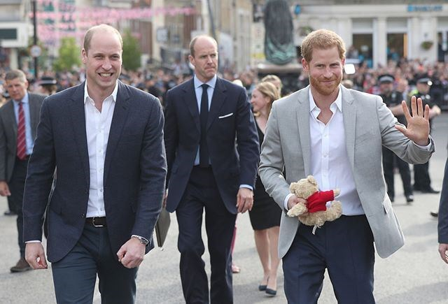 英國王子哈利(右)首度對外承認自己與哥哥威廉王子(左)的關係緊張,表示彼此目前走在「不同道路上」。(圖取自肯辛頓宮IG網頁instagram.com/kensingtonroyal)