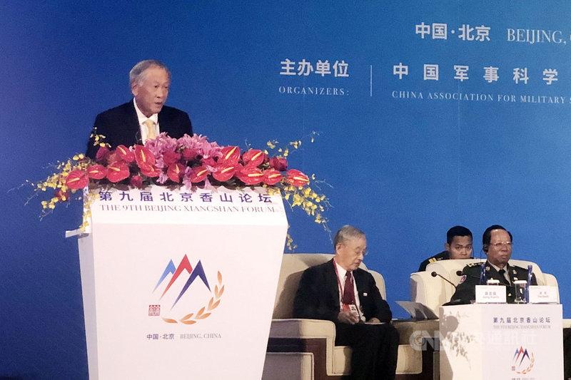 新加坡國防部長黃永宏(左)22日在北京香山論壇表示,隨著美國與中國愈來愈疏遠,所有國家就愈來愈難保持中立的原則立場。美中尋找共識的道路可能困難重重,但不尋找共識的後果卻更沉重。中央社記者邱國強北京攝  108年10月22日