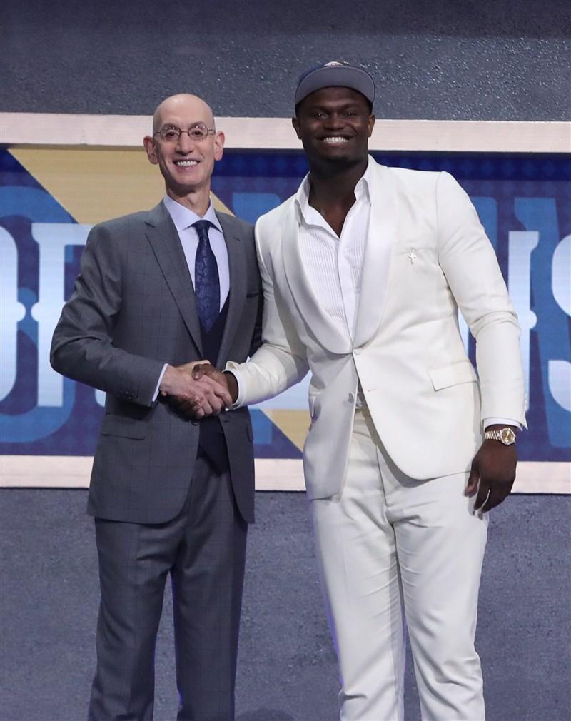 美國職籃NBA選秀狀元,紐奧良鵜鶘的威廉森(右)21日接受右膝關節鏡手術,預計將缺席兩個月。(圖取自twitter.com/zionwilliamson)
