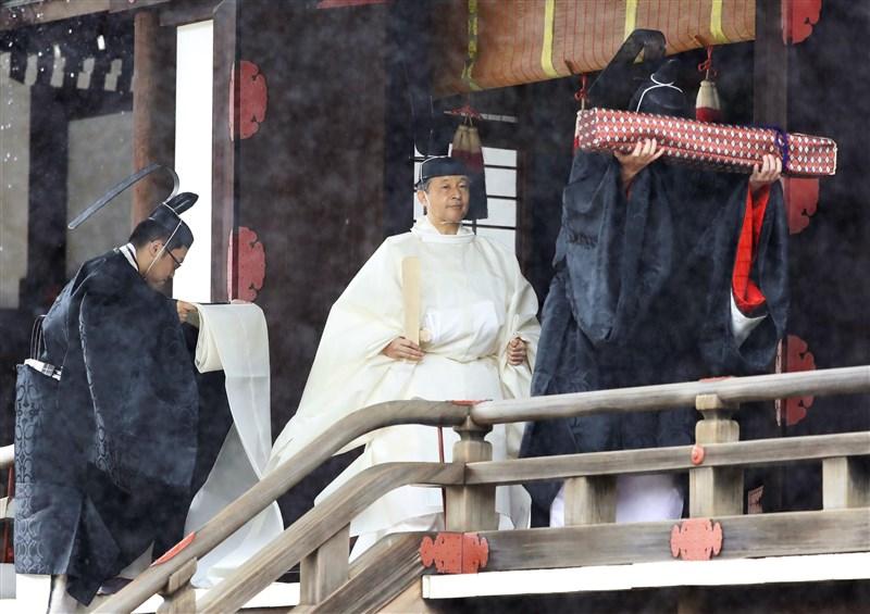 22日上午日皇德仁(中)與皇后雅子在皇居內的宮中三殿舉行儀式,德仁穿著純白的「帛御袍」。(共同社提供)