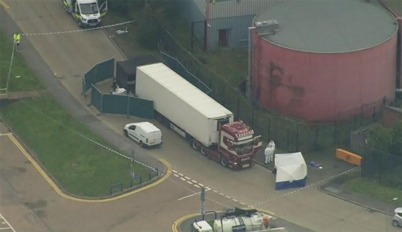 英格蘭東南部艾塞克斯工業區一輛貨櫃車內發現39具屍體;英國媒體披露,貨櫃滿是血手印,死者生前疑想逃生。(美聯社)