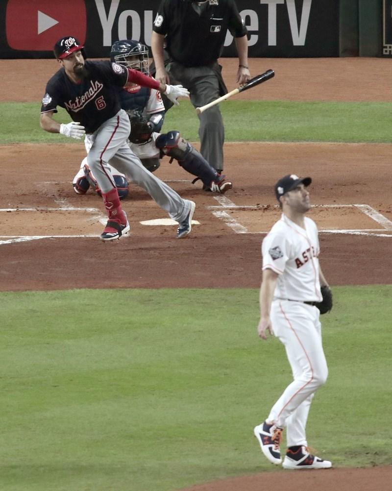 美國職棒大聯盟MLB世界大賽第2戰,倫登(打者)二壘安打助國民攻下兩分。國民24日終場12比3打爆休士頓太空人,在世界大賽取得2連勝領先。(共同社提供)
