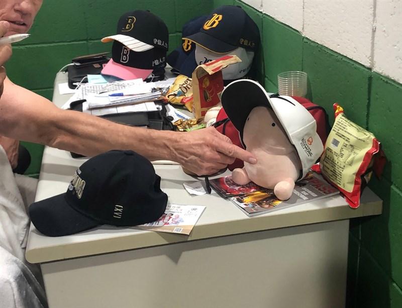 中職中信兄弟隊總教練伯納在下半季封王戰當天,於休息室受訪時衣著不適當,並向媒體介紹男性陽具造型布偶娃娃一事,兄弟球團25日正式回函台灣棒球記者作家協會,除再度表達歉意外,也提到內部正議定相關懲處。圖為108年10月1日比賽後時採訪畫面。中央社 108年10月25日