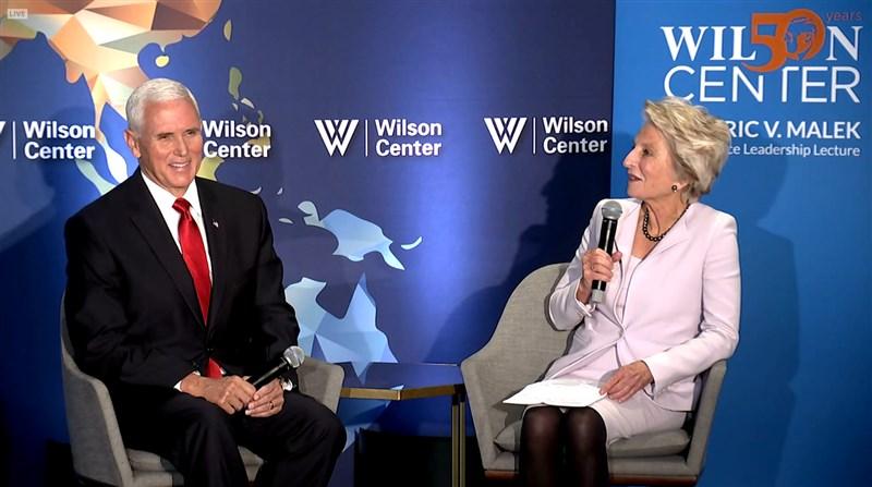 美國副總統彭斯(左)24日發表批中演講,分析家認為主要是希望國會不要通過力道更強的挺港法案,以免川普渴望的美中貿易協議破局。(圖取自IBM Cloud Video網頁ustream.tv)